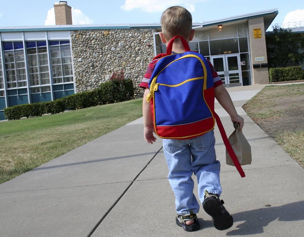 Rubano un'auto con bimbo a bordo: lo riportano a scuola