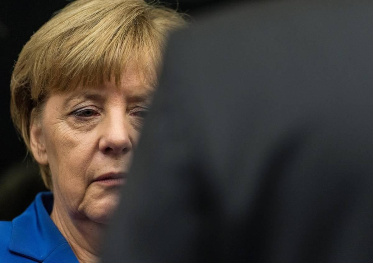 Merkel all'angolo sui migranti: il suo partito vuole costruire un muro