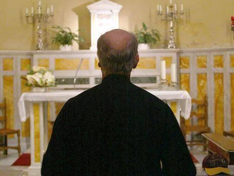"""Scandalo gay tra i carmelitani: """"Il prete voleva essere picchiato con la cinta"""""""