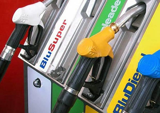Cinisello Balsamo, la Lega offre benzina senza accise