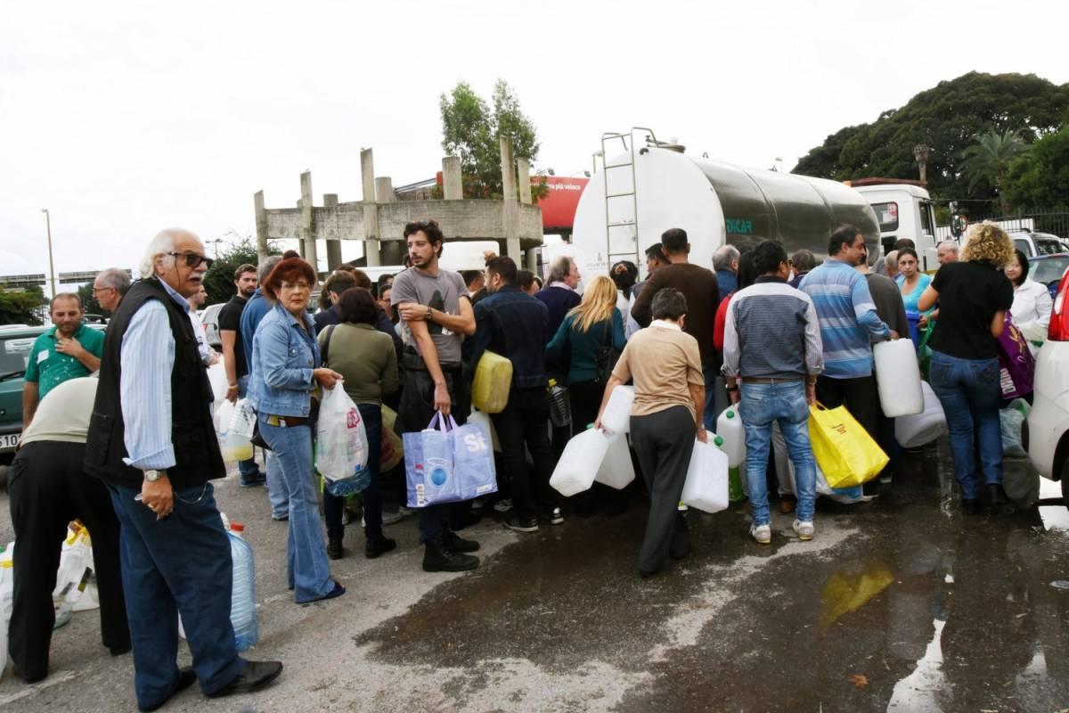 Cittadini in fila davanti a un camion cisterna a Messina