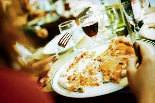"""""""State tranquilli, non c'è formaggio"""": mangia la pasta e muore a 7 anni"""