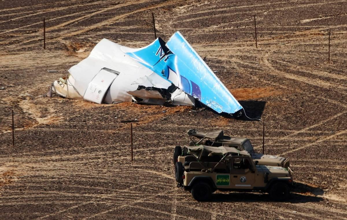 I resti dell'aereo russo che si è schiantato nel Sinai