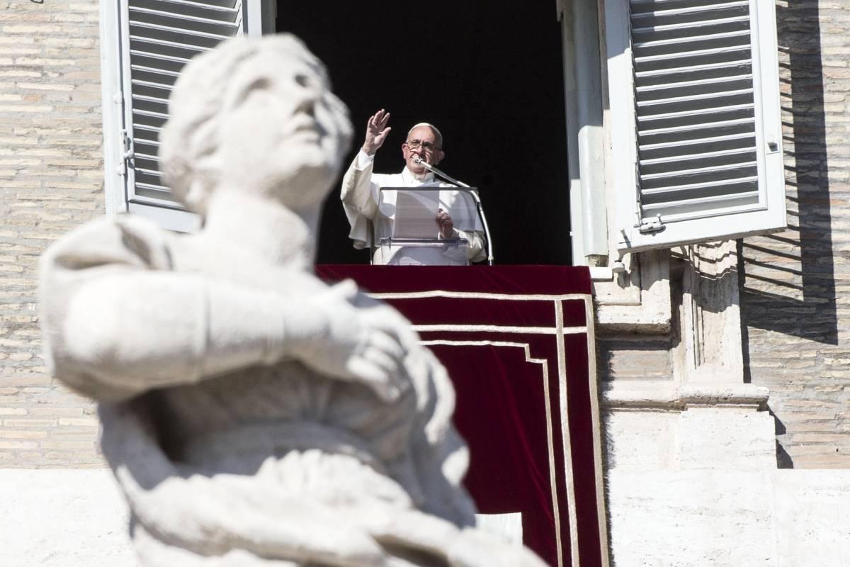 Piazza San Pietro piena per l'Angelus del Papa: i fedeli non hanno paura