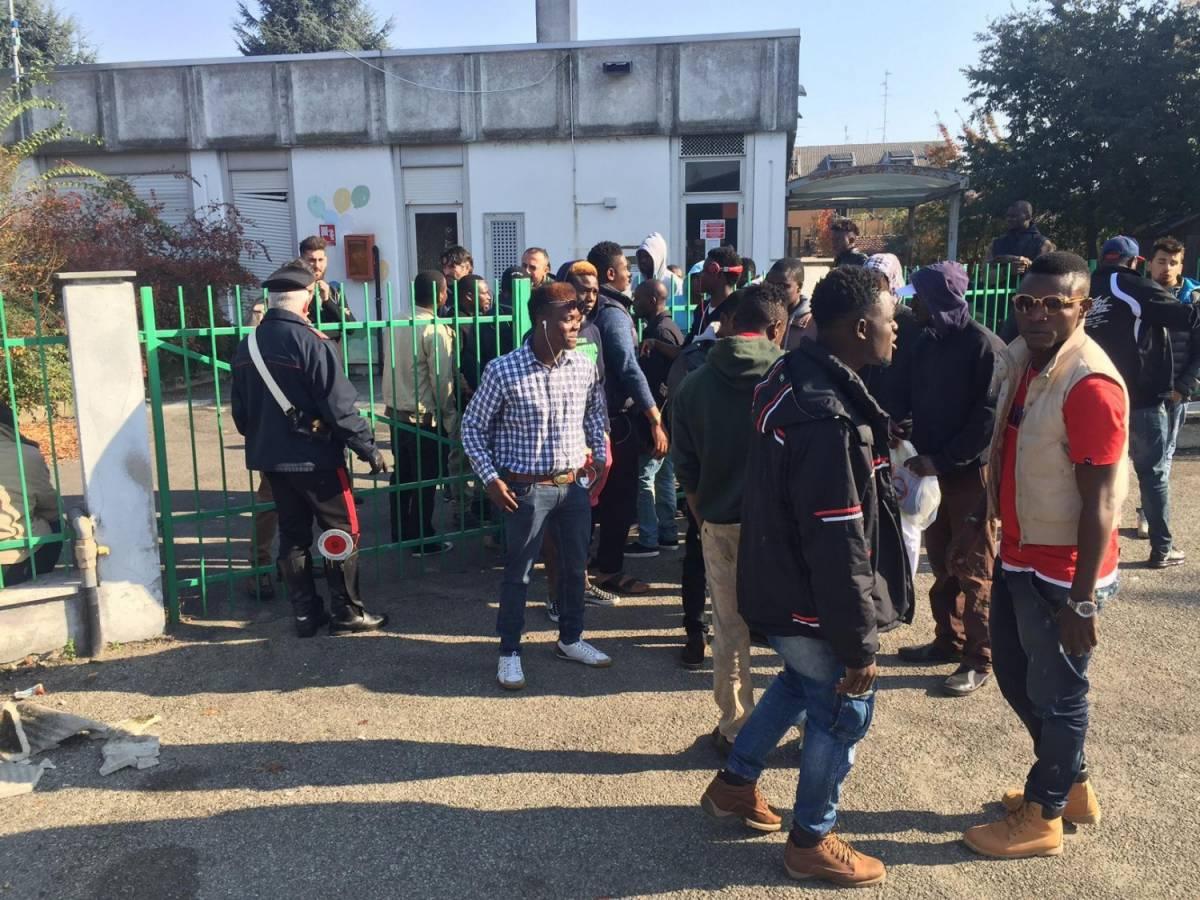Vercelli, profughi in protesta per cibo e wifi