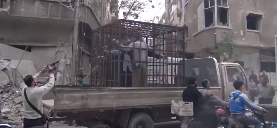Siria, chiusi in gabbia dai ribelli e usati come scudi umani