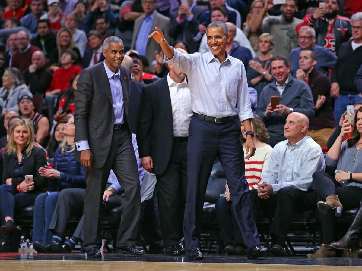Barack Obama fotografato durante un match dei Chicago Bulls