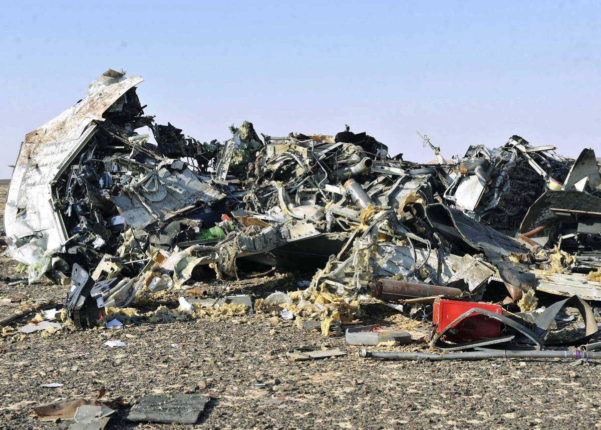 """Aereo caduto, Putin ferma i voli e chiama il Cairo: """"Ripartiranno"""""""