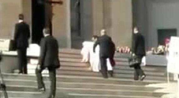 Papa cade sulle scale: poi si rialza da solo