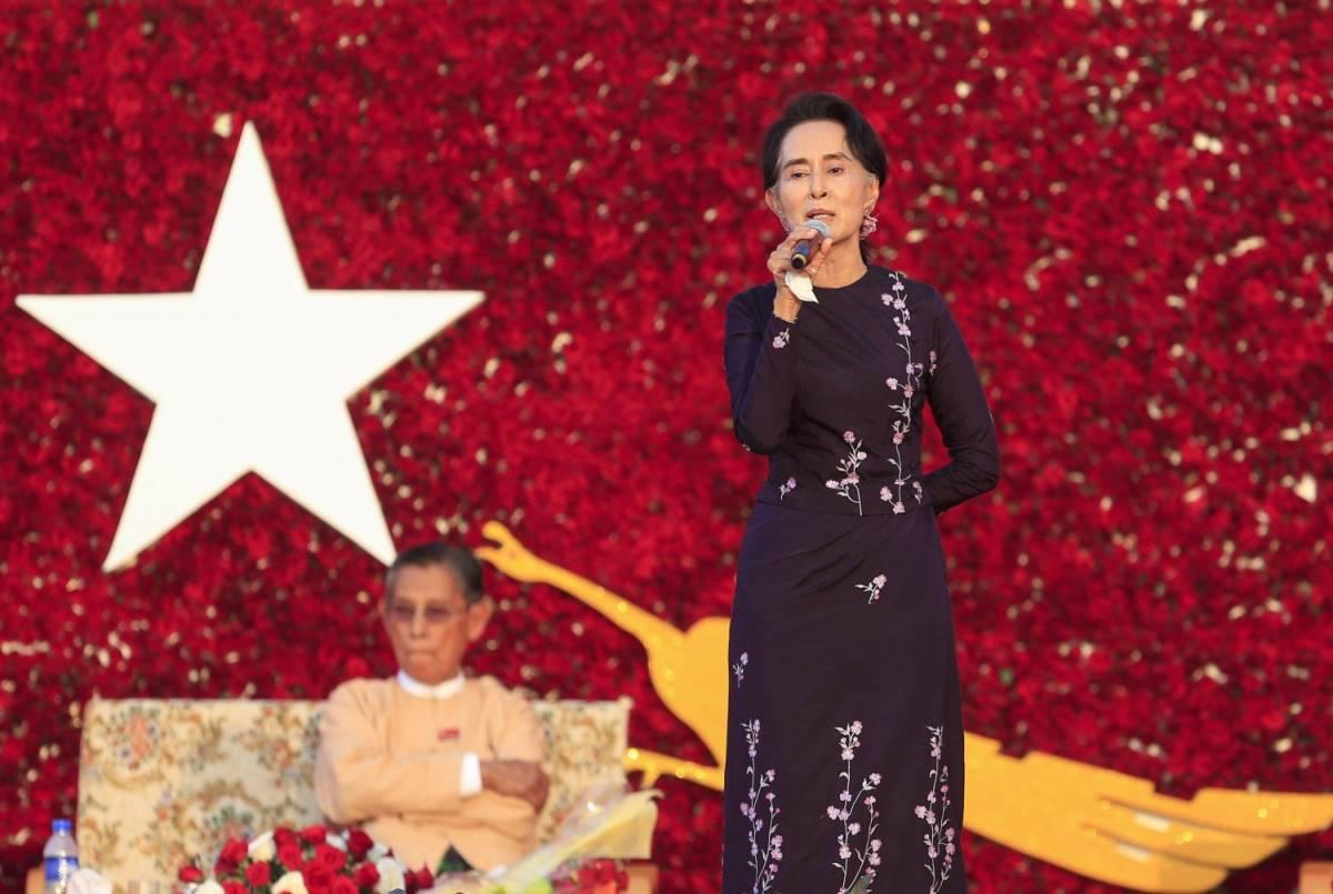 Aung San Suu Kyi durante un comizio in campagna elettorale