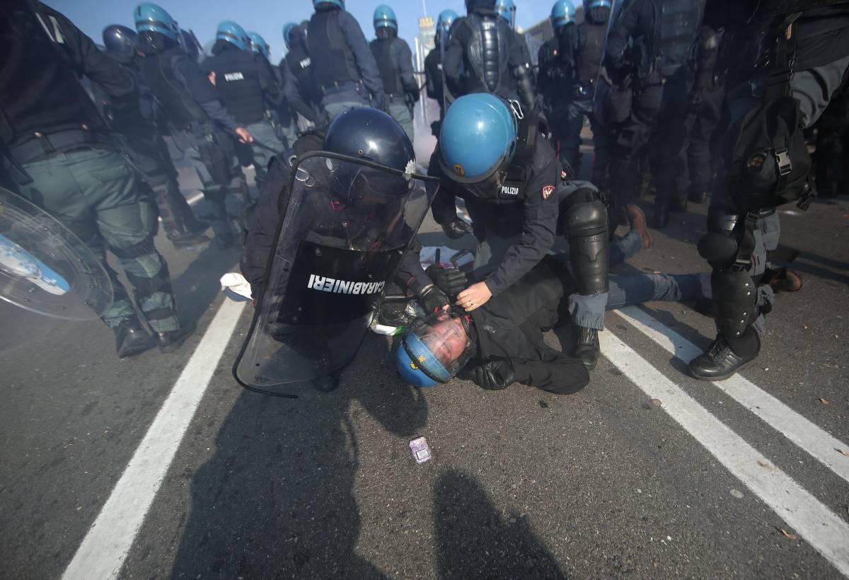 Bologna, calci e pietre contro la polizia: già liberi i tre antagonisti