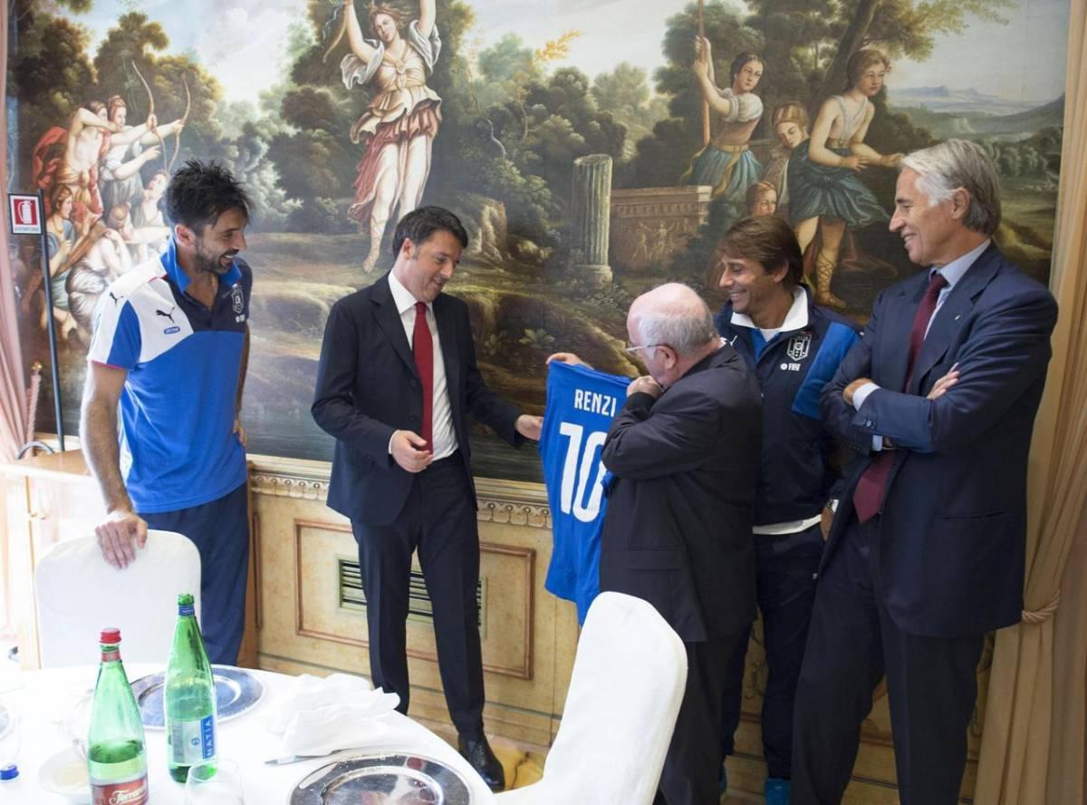 Renzi riceve da Tavecchio, Conte e Malagò una maglia azzurra in regalo