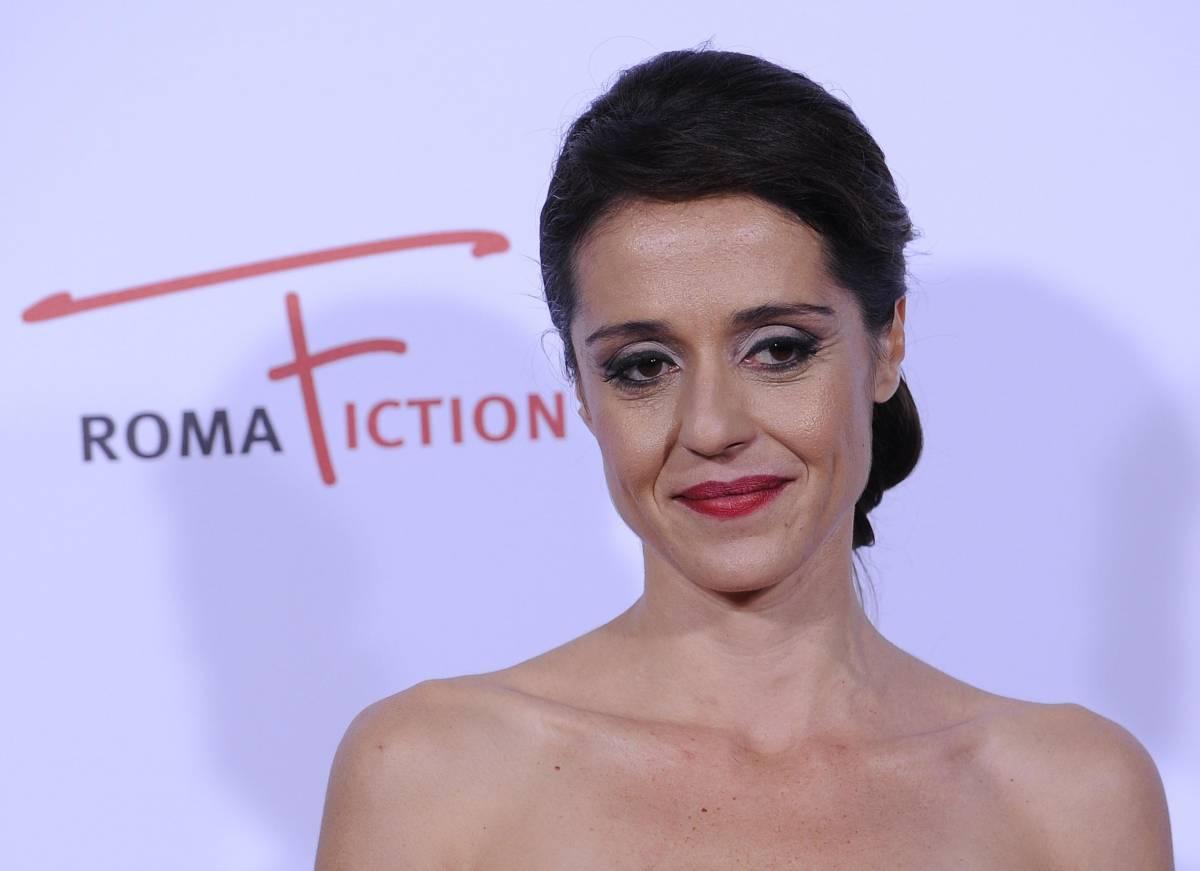 L'attrice Vanessa Scalera in posa durante il red carpet della fiction 'Lea'