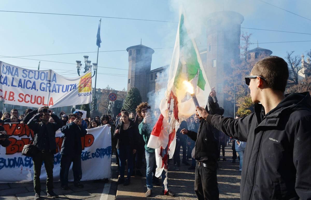 Alcuni studenti di Torino bruciano la bandiera del Pd