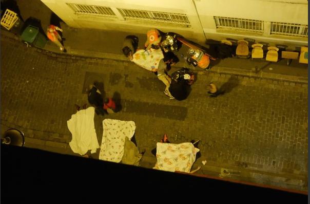 Un corpo senza vita fotografato sulle strade di Parigi