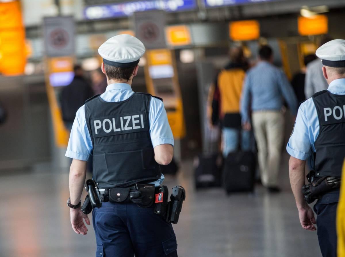 Pacchi sospetti e minacce: Parigi piomba nel terrore