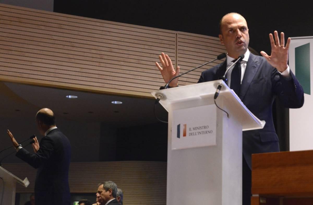 """Parigi sotto attacco, Alfano blinda l'Italia: """"Controlli su territori e frontiere"""""""