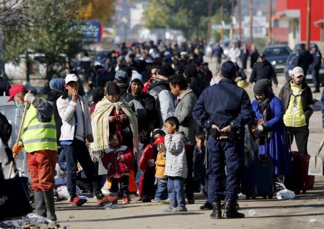 Migranti in attesa di entrare nel campo profughi di Presevo, in Serbia