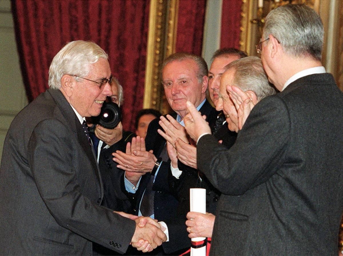 Mario Cervi riceve un premio al Quirinale (2001)