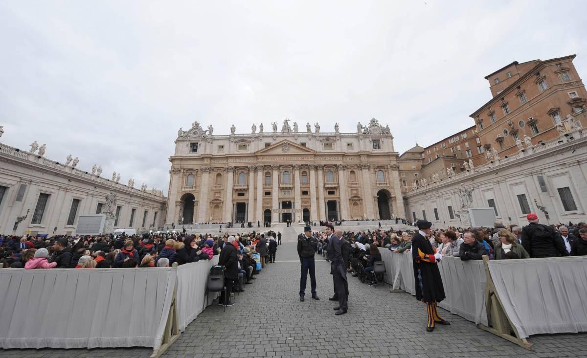 """Il Papa nella piazza semivuota: """"Arabi, Dio vi protegga dal male"""""""