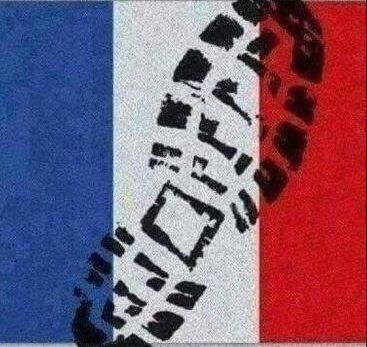 La bandiera francese calpestata, La guerra dell'Isis sui social