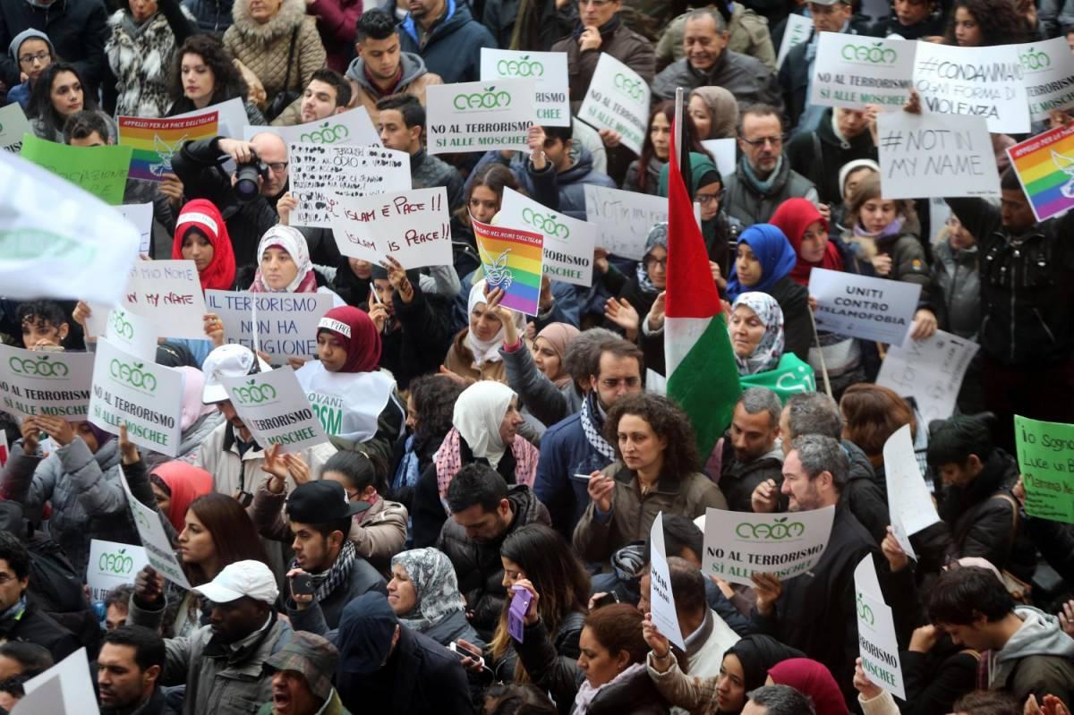 """La piazza islamica contro il terrore: """"Uniti ora, o il terrorismo avrà vinto"""""""