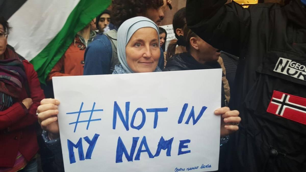 """Islamici in piazza a Milano: """"I terroristi non sono musulmani"""""""