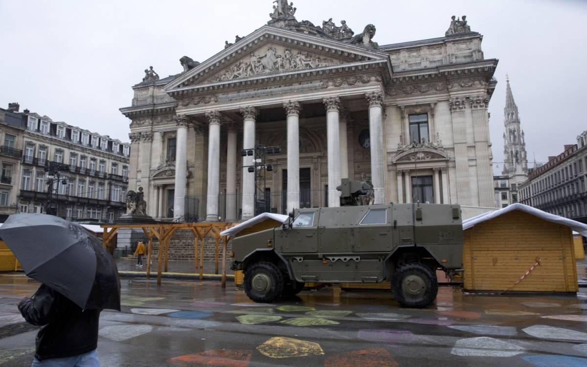 """Bruxelles, caccia a due uomini """"Pericolosi: hanno una bomba"""""""