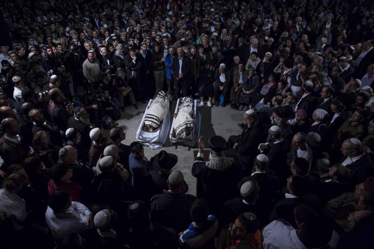 I funerali di Yaakov Litman e suo figlio Netanel, uccisi a Hebron