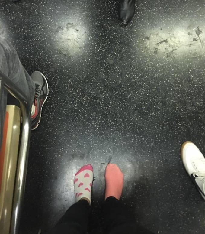 Dona le scarpe a una senzatetto e torna a casa scalza