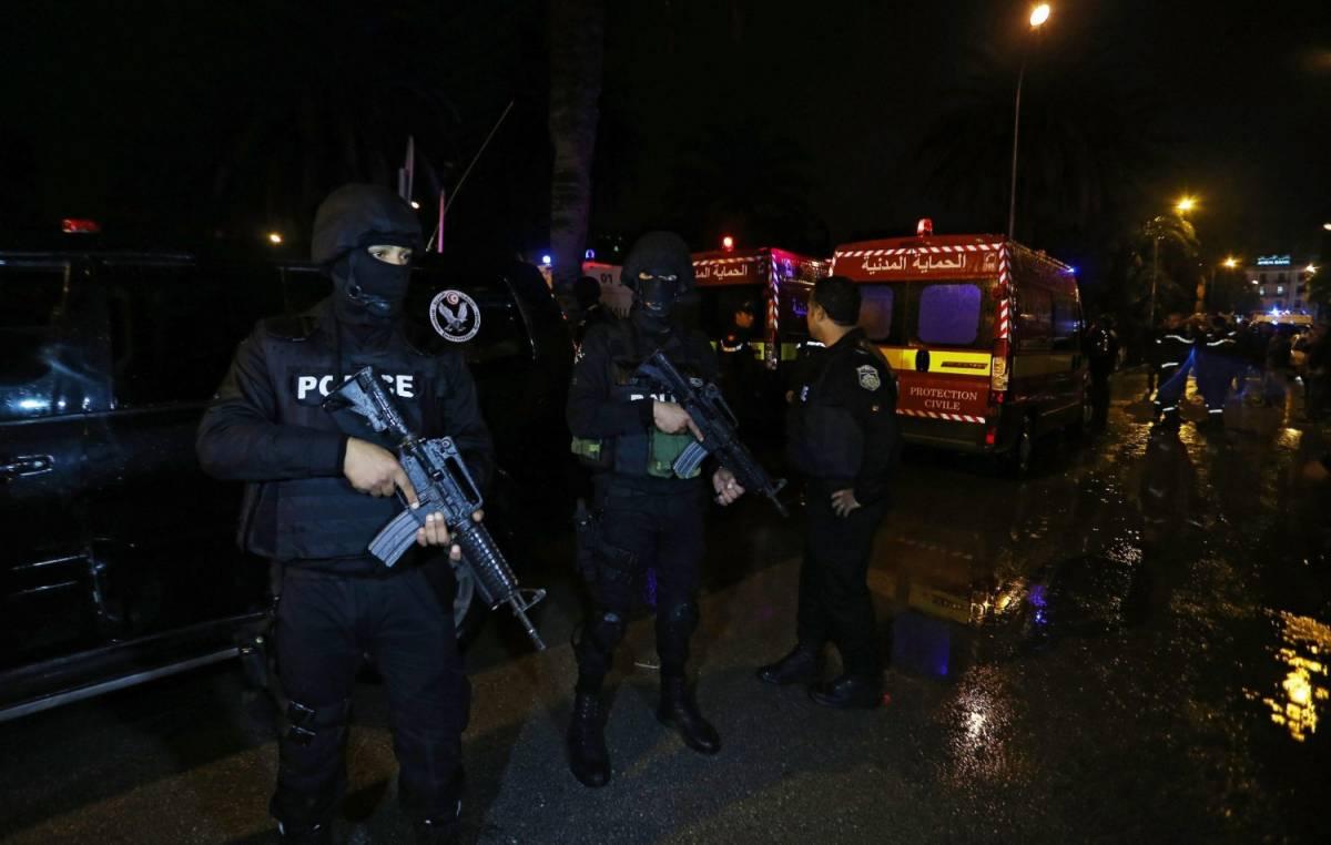 Polizia e soccorritori sul luogo dell'esplosione a Tunisi