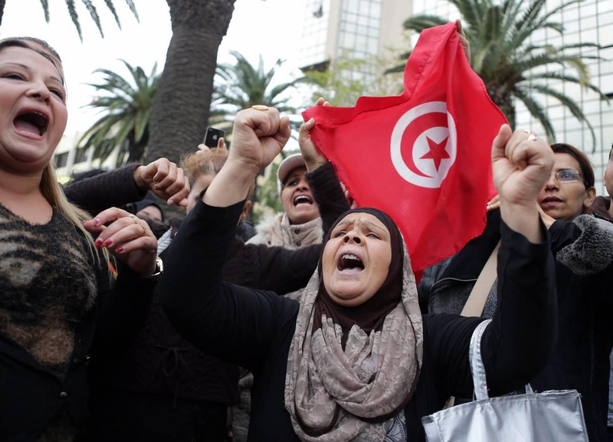 Una manifestazione a Tunisi in solidarietà con le famiglie delle vittime