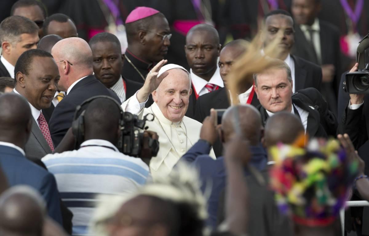 """Il Papa è arrivato in Kenya: """"Terrorismo nasce dalla paura"""""""