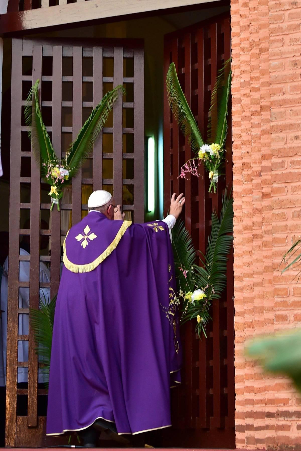 Bergoglio apre la Porta Santa del Giubileo a Bangui (Rep. Centrafricana)