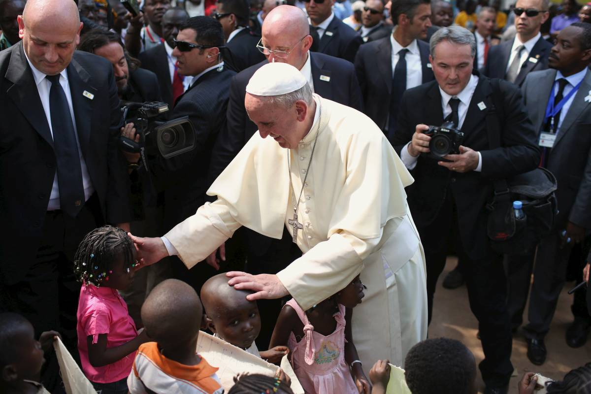 """Il Papa apre la Porta santa. Inizia il """"Giubileo africano"""""""