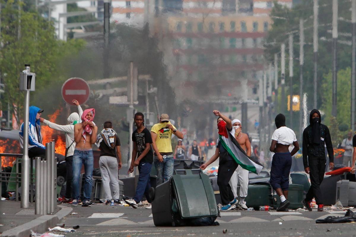 Genova, 40 immigrati aggrediscono carabinieri