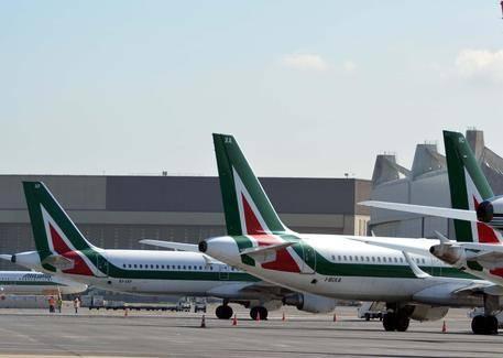 """Il diktat di Etihad ad Alitalia: """"Hostess solo coi capelli legati"""""""