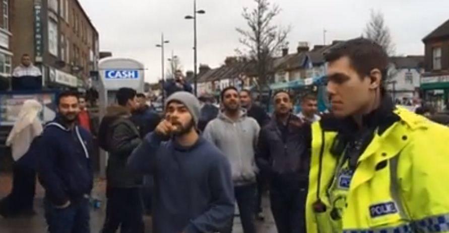 Insulti, minacce, lancio di uova: islamici contro corteo cristiano in Inghilterra