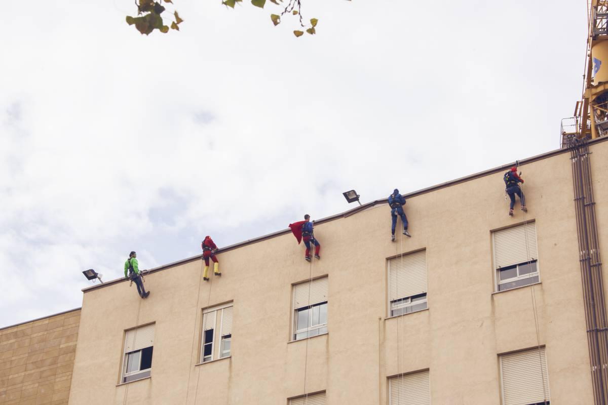 I supereroi di EdiliziAcrobatica portano un sorriso ai bambini in ospedale