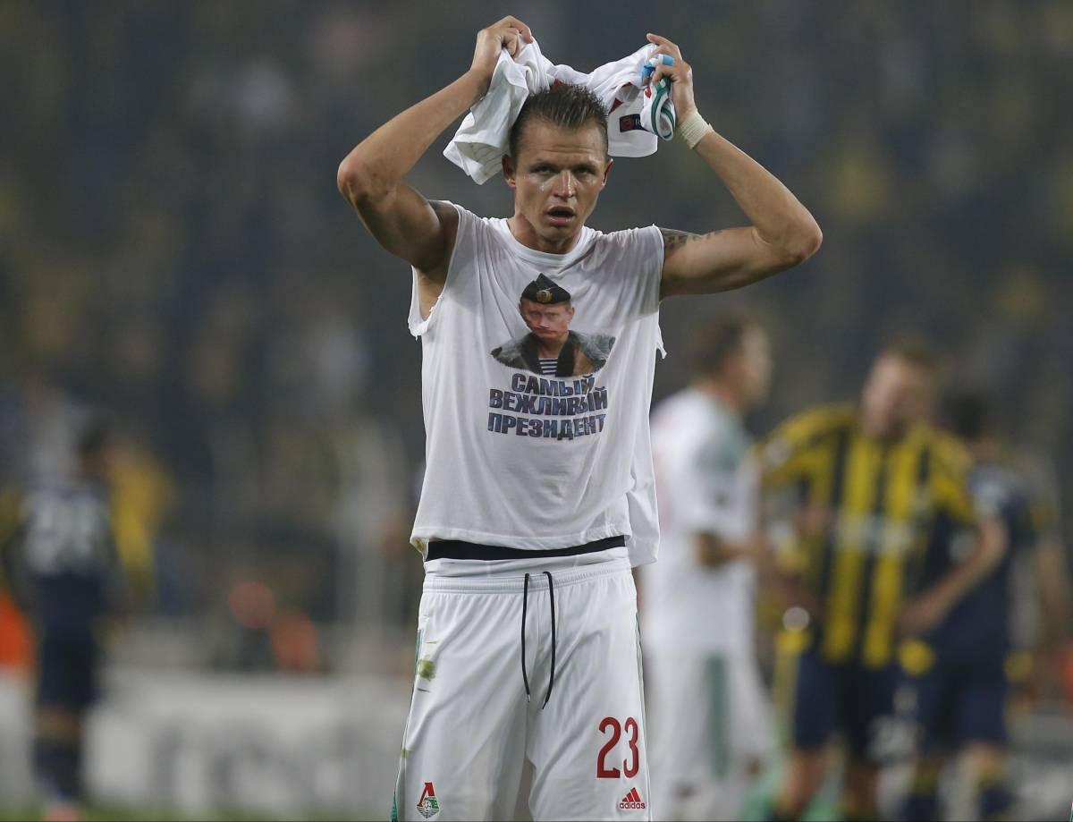 Dmitri Tarasov esibisce una maglietta con Putin
