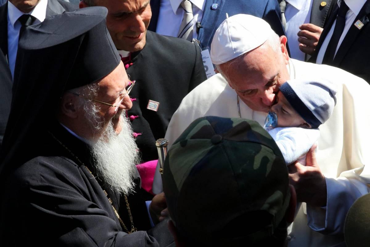 """Il Papa incontra i profughi: """"Non siete soli, l'Ue vi aiuti"""""""