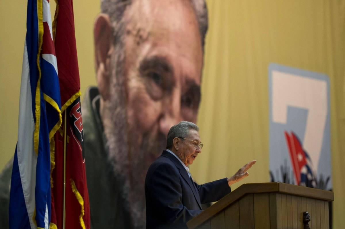 Raul Castro parla all'assemblea del VII congresso del partito comunista