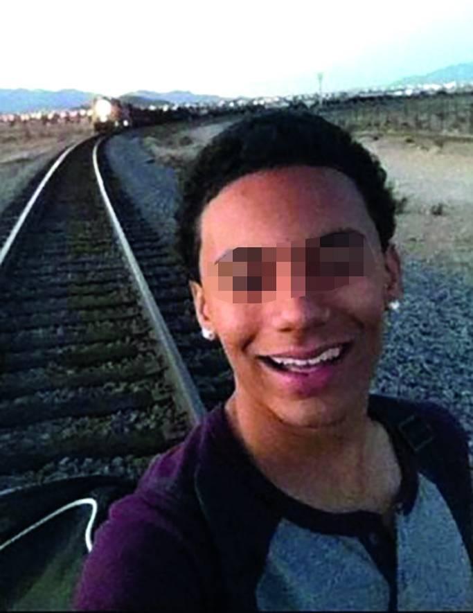 I ragazzi si fanno i selfie così: sui binari col treno in transito