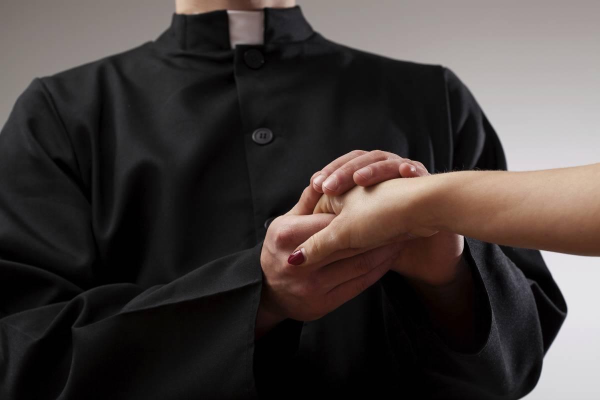 """Il racconto di una ragazza: """"Sono stata con un prete per 2 anni, era un vero predatore sessuale"""""""