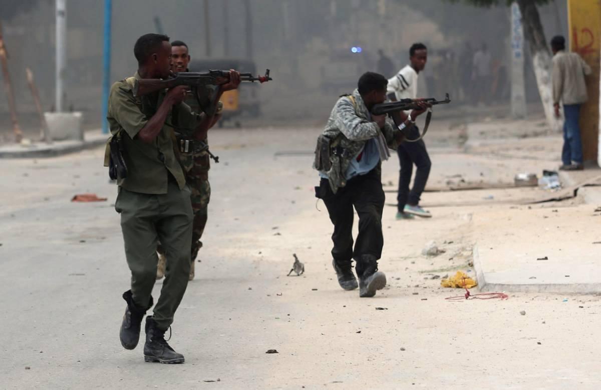 Mogadiscio, Al Shabaab attacca un hotel: 17 morti