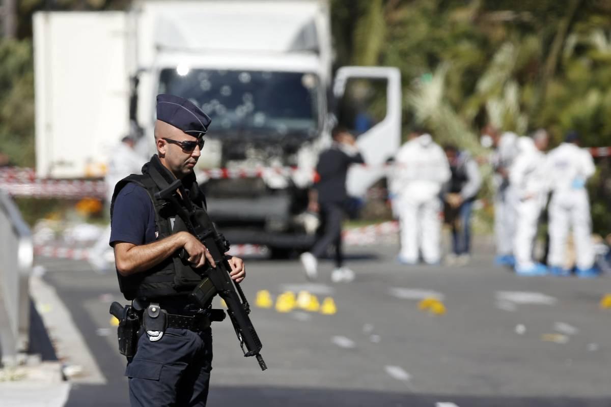 """Nizza, il premier Valls: """"Killer legato a islam radicale"""""""