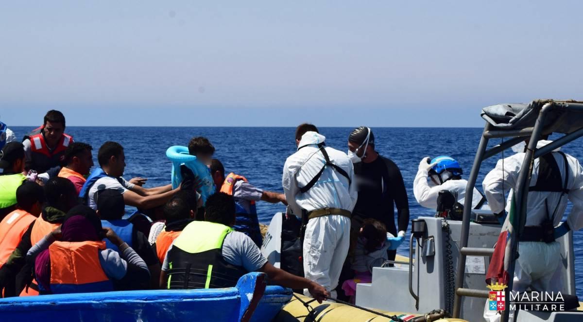 Migranti, l'Isis manovra i flussi: così dalla Libia li mandano in Italia