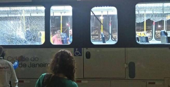 Rio, attaccato autobus ufficiale. Feriti due giornalisti
