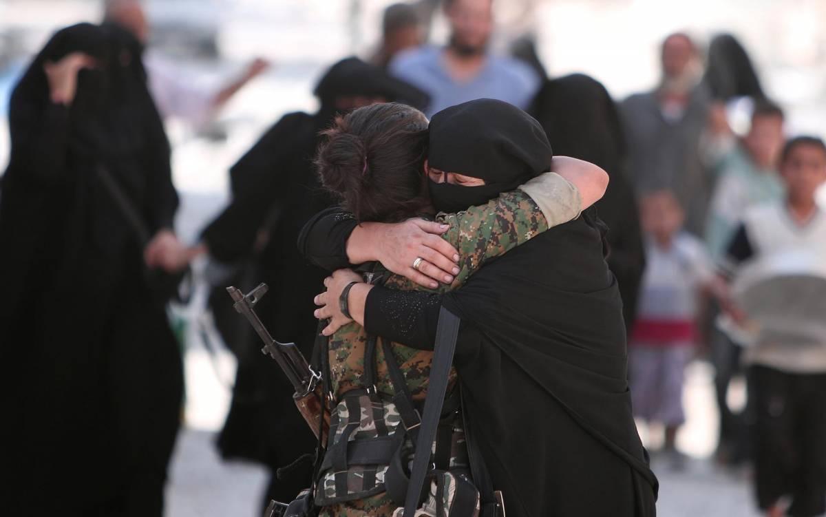 Una combattente curda delle Ypj abbraccia una donna con il niqab a Manbij