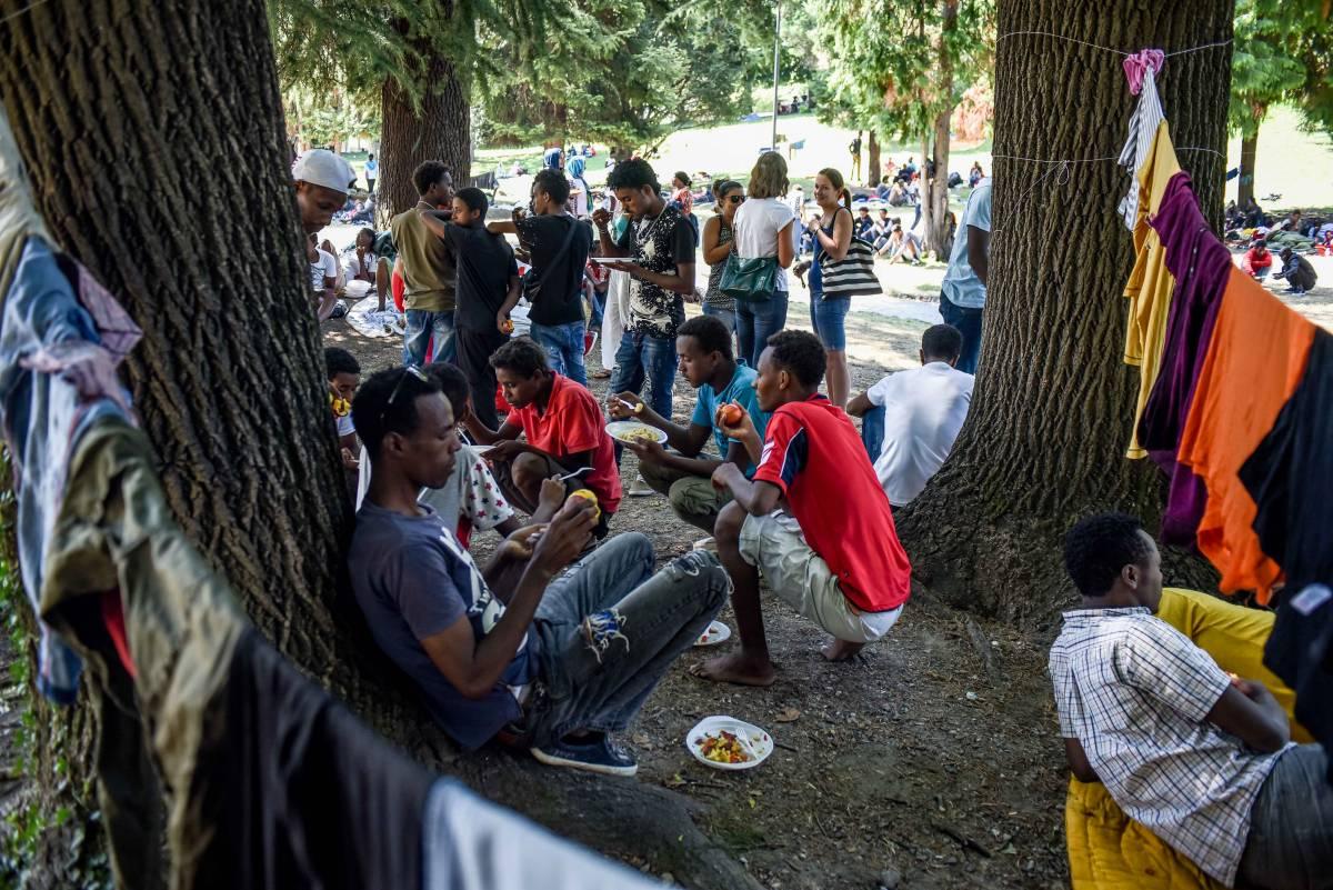 Così a Como i furbetti dei centri sociali fanno la rivoluzione sfruttando i profughi